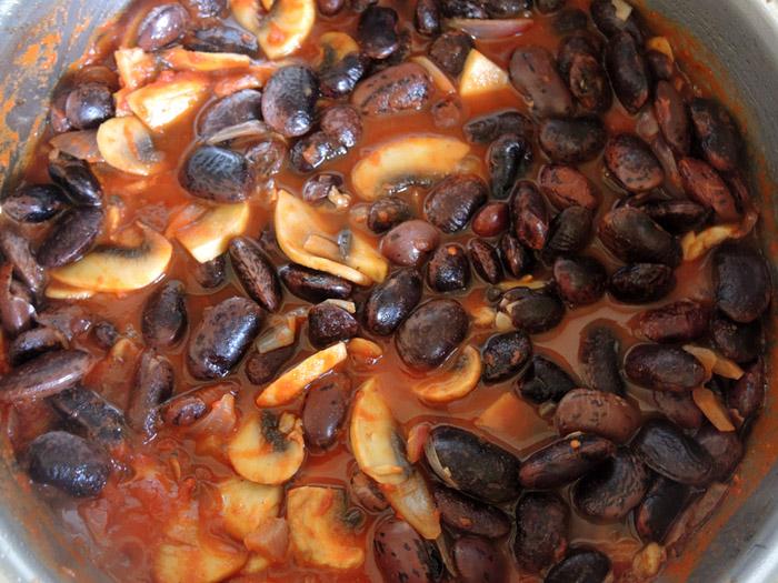 μαύροι γίγαντες με κόκκινη σάλτσα και μανιτάρια