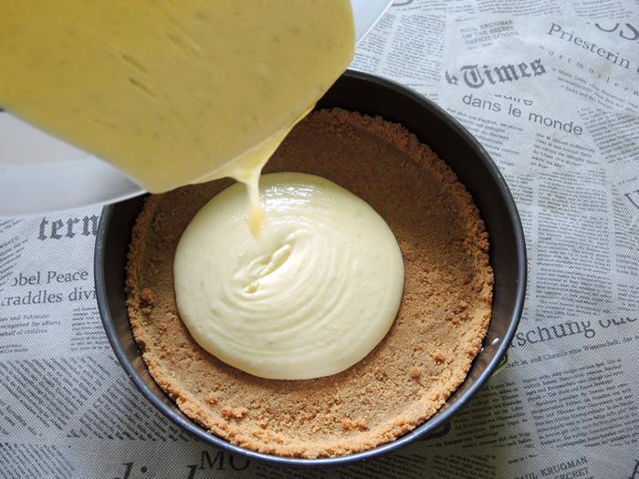 κρέμα πάνω στη βάση του μπισκότου