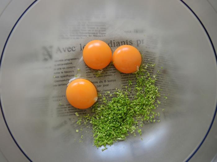 κρόκοι αυγών και ξύσμα από λάιμς