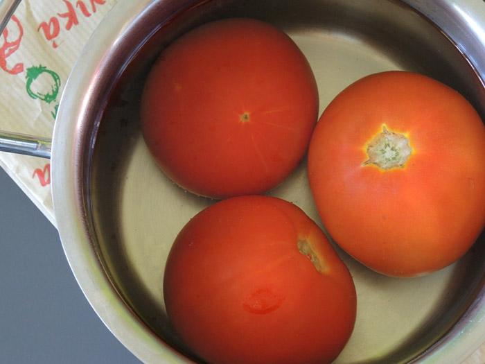 ντοματες σε κατσαρολάκι με νερό