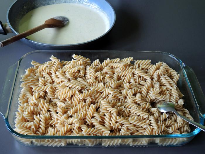 βιδες στο πυρεξ και σάλτσα στο τηγάνι
