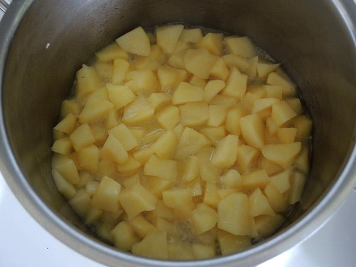 μήλο κομμένο σε κυβάκια στην κατσαρόλα