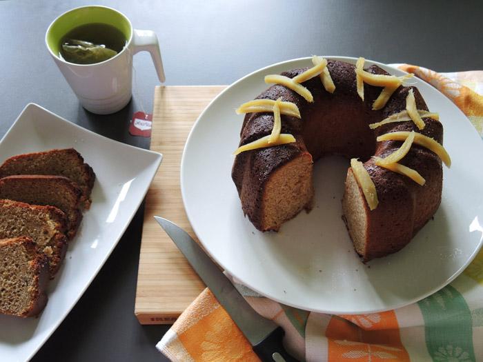 κέικ με τζίντζερ στην πιατέλα