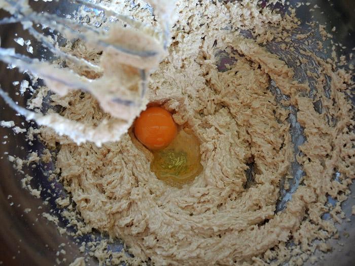καστανή ζάχαρη, βούτυρο, μέλι, αυγά στο μπολ