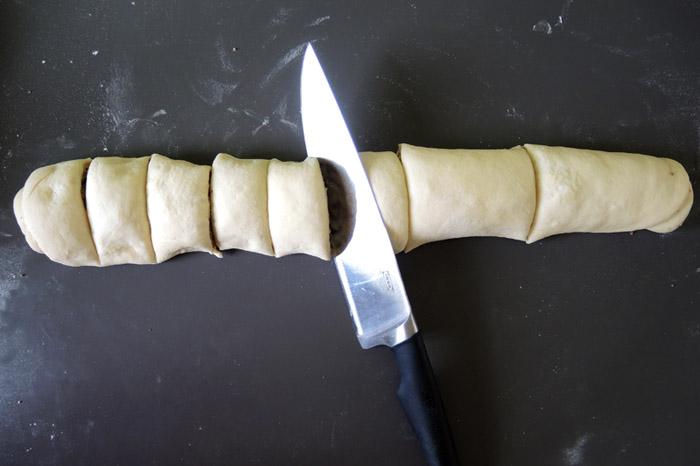 ζύμη για ρολάκια κομμένη με το μαχαίρι