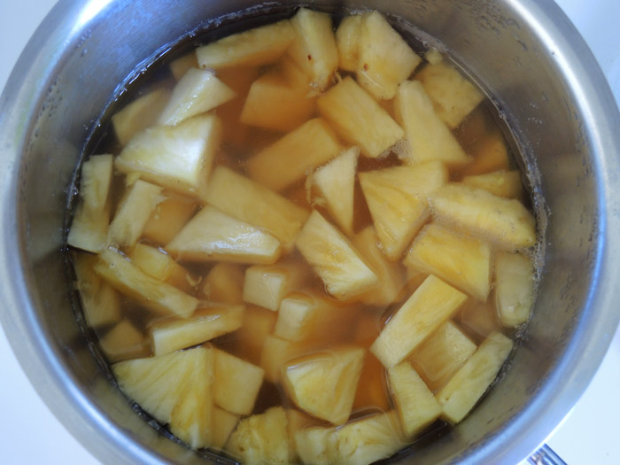 κομματάκια ανανά στο κατσαρολάκι