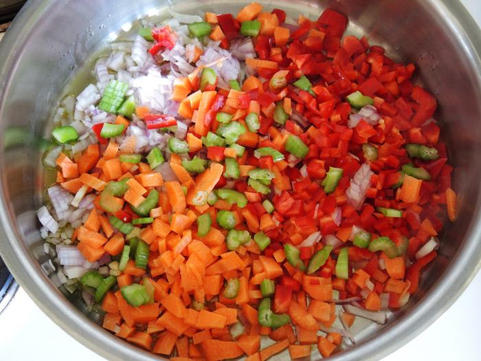 σελερι, κρεμμύδι, πιπεριά Φλωρίνης, καρότο στην κατσαρόλα