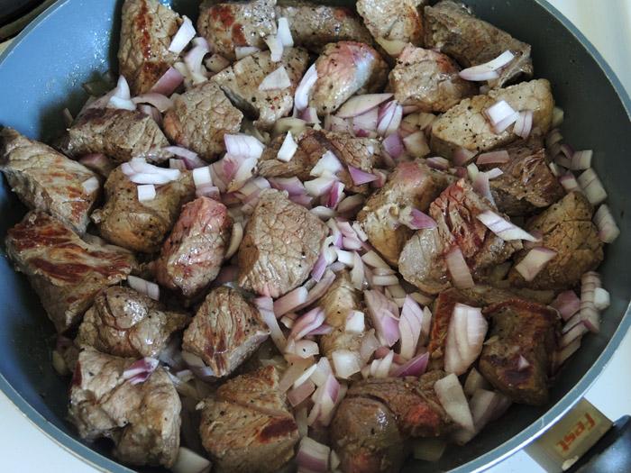 μοσχάρι με κρεμμύδι και σκόρδο στο τηγάνι