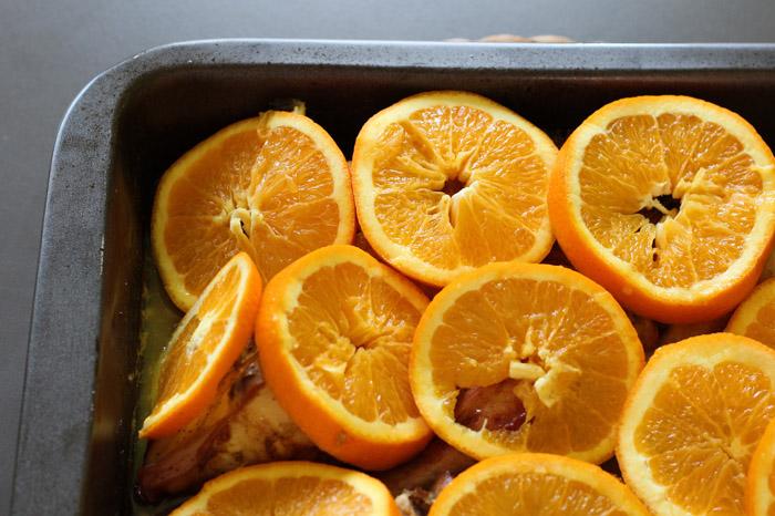 ροδέλες πορτοκαλιού πάνω στο κοτόπουλο