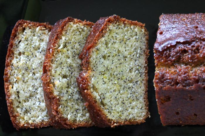 κέικ λεμονιού με παπαρουνόσπορο κομμένο σε φέτες