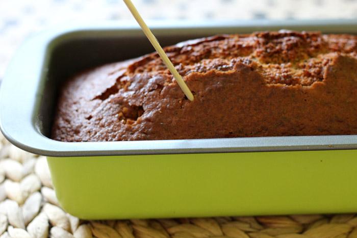 τρυπάμε το κέικ με ξυλάκι απο σουβλάκι