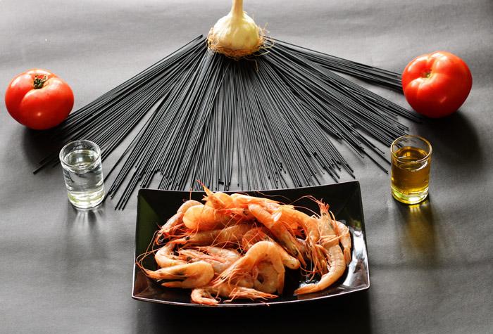 υλικά για γαριδομακαρονάδα με μαύρα σπαγκέτι