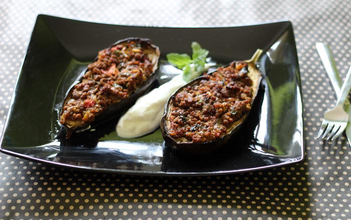 μελιτζάνες γεμιστές με κιμά και πετιμέζι στο πιάτο