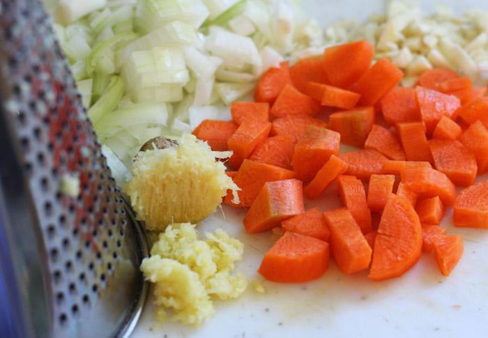 ψιλοκομμένο κρεμμύδι, σκόρδο, καρότο και τριμμένο τζίντζερ