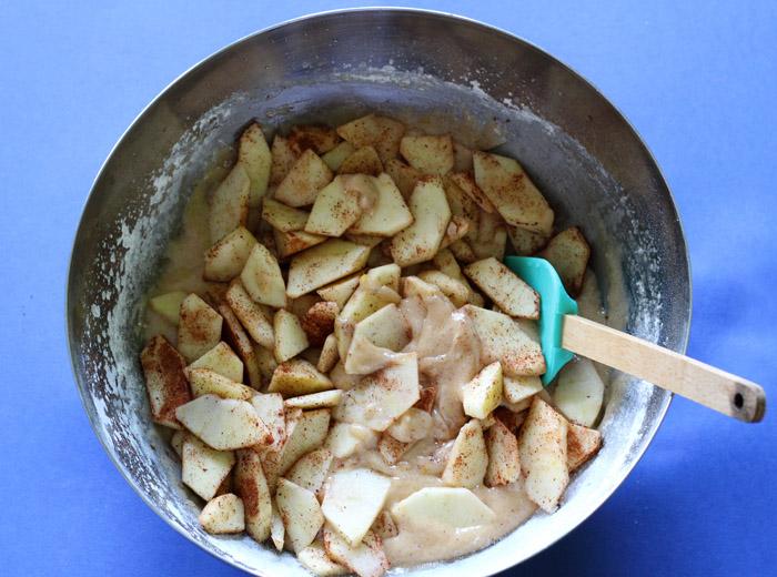 μήλα στο μπολ με τη ζύμη του κέικ