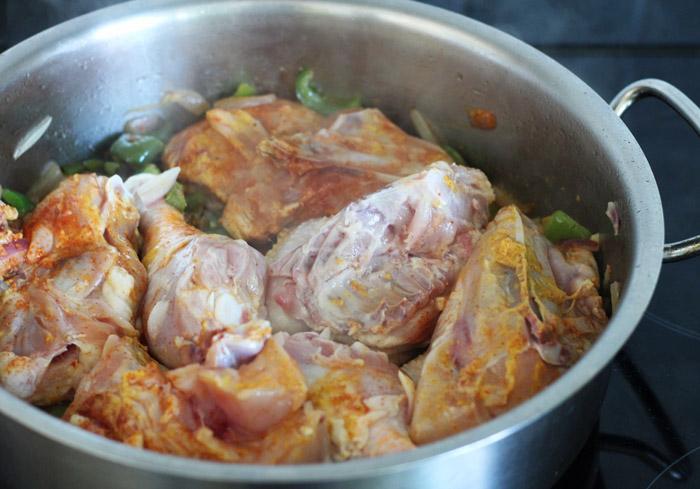 κοτοπουλο με κρεμμύδι και πιπεριά στην κατσαρόλα