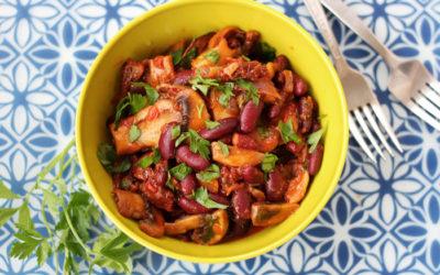 Κόκκινα φασόλια με λευκά μανιτάρια σε κόκκινη σάλτσα