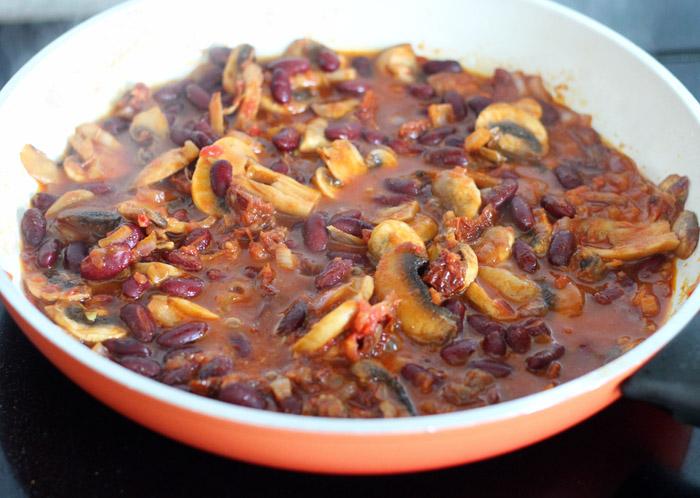 μανιτάρια με κόκκινη σάλτσα και κόκκινα φασόλια στο τηγάνι