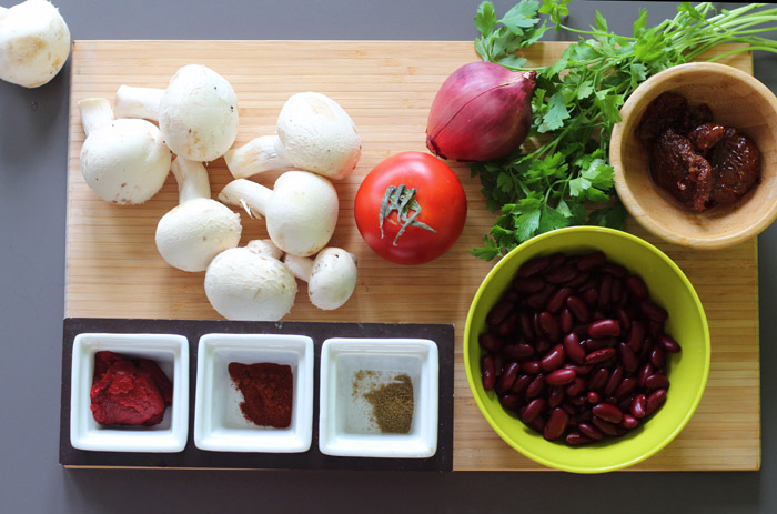 υλικά για κοκκινα φασόλια με μανιτάρια