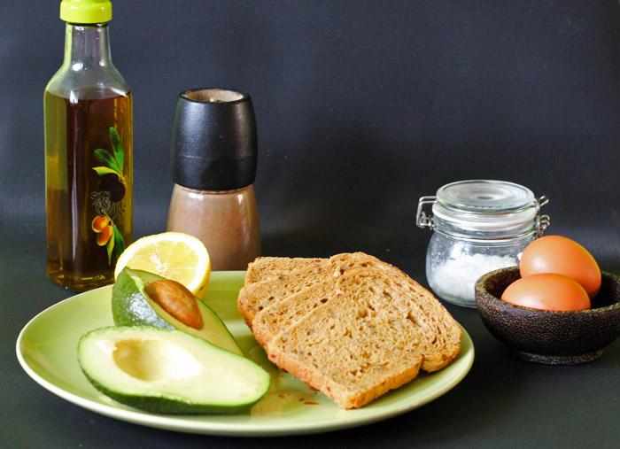 υλικά για τοστ αβοκάντο με αυγό
