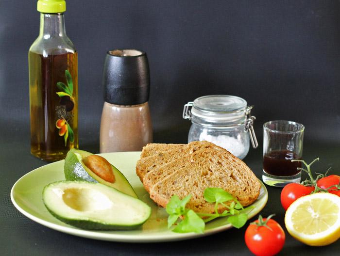 υλικά για τοστ αβοκάντο με ντοματίνια
