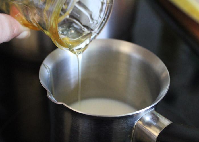 γάλα με μέλι στο μπρίκι