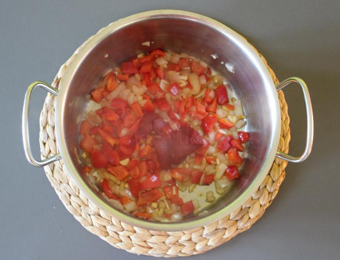 κρεμμύδι, πιπεριά, πελτες στην κατσαρόλα