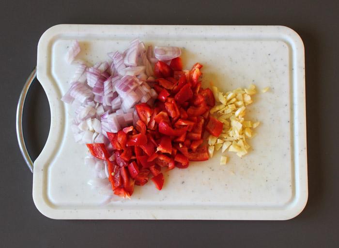 κρεμμύδι, σκόρδο, κοκκινη πιπεριά κομμενα