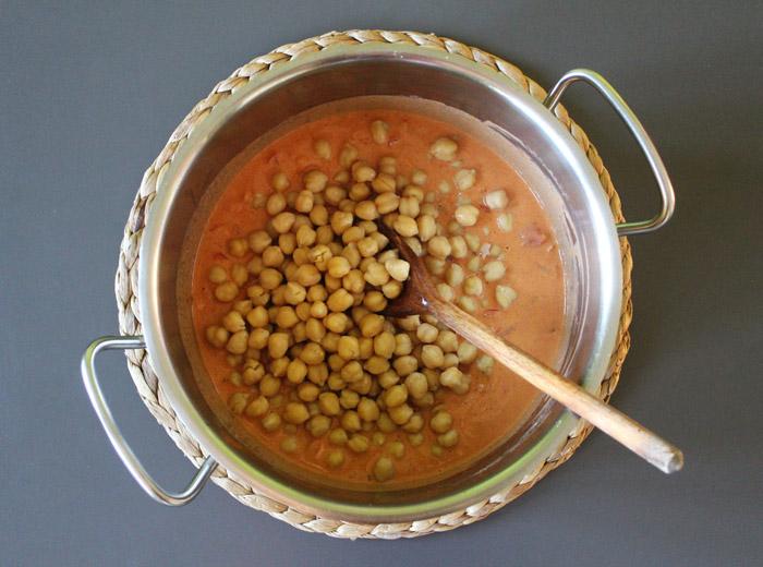 ρεβίθια με ντομάτα και γάλα καρύδας στην κατσαρόλα