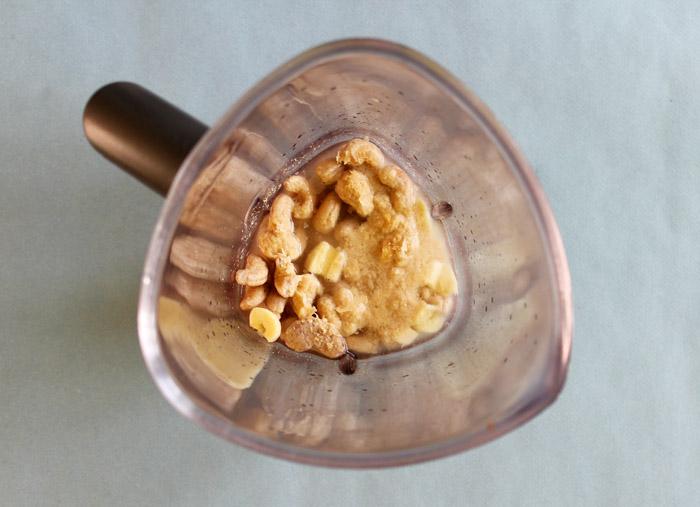 κάσιους με διατροφική μαγιά, νερό κ χυμό λεμονιού στο μπλέντερ