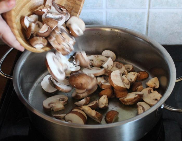 μανιτάρια κομμένα σε φετάκια στην κατσαρόλα