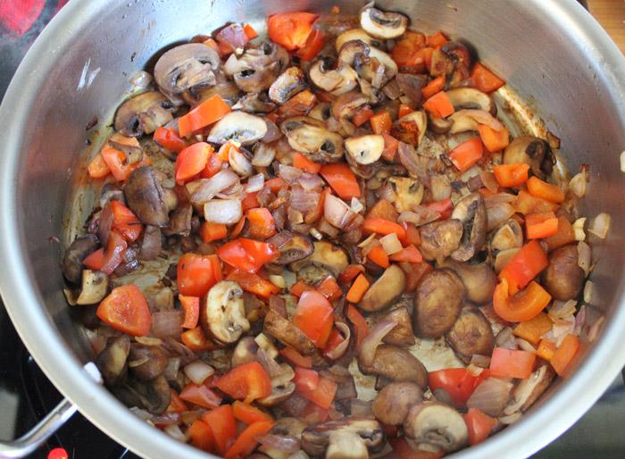 μανιτάρια, κρεμμύδι και κόκκινη πιπεριά στην κατσαρόλα