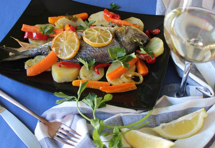 τσιπούρες με λαχανικά στο πιάτο