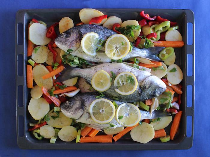 τσιπούρες με λαχανικά στο ταψί