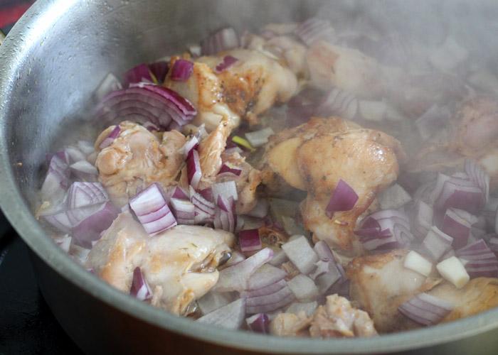 φιλέτο μπούτι κοτόπουλο κ κρεμμύδι στην κατσαρόλα
