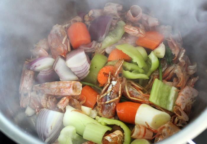 κεφάλια από γαρίδες και λαχανικά στην κατσαρόλα