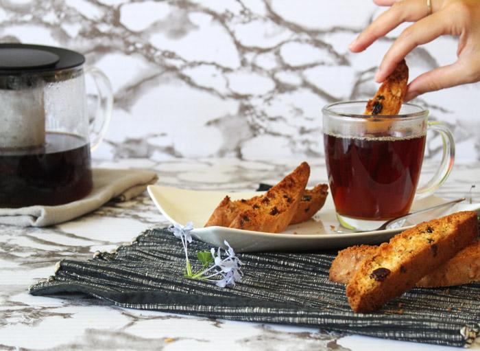 biscotti βουτηγμένο στο τσάι 700