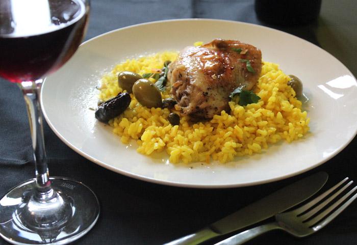 κοτόπουλο μπούτι με δαμάσκηνα και ελιές στο πιάτο